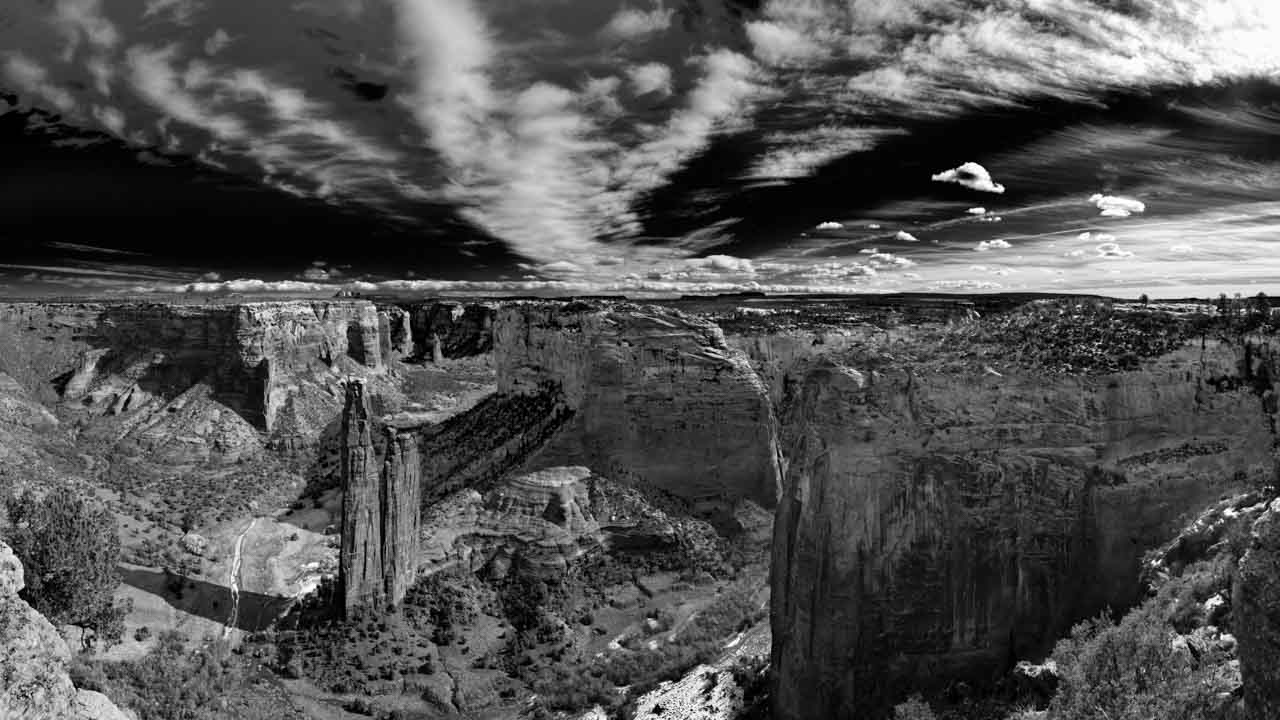Landscape in black and white of Canyon de Chelly Arizona in United States. Photograph by Amar Guillen, photographer artist.